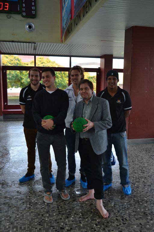 Die Bezirksverordneten Zander und Sielaff mit den Wasserballnationalspielern Kleine, Bukowski und Jüngling