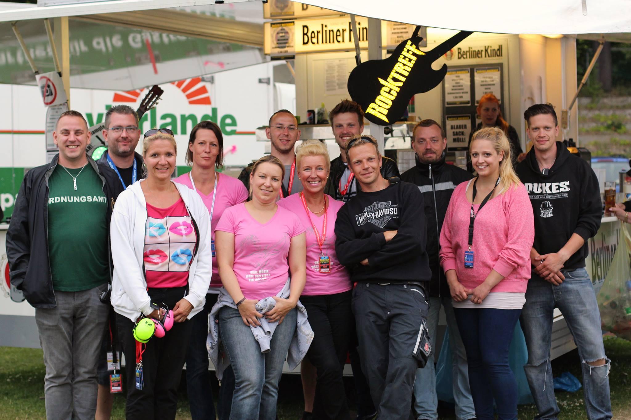 Schirmherrin Petra Dittmeyer und die Bezirksverordnete Regina Körper gemeinsam mit dem Organisationsteam des Rocktreffs.